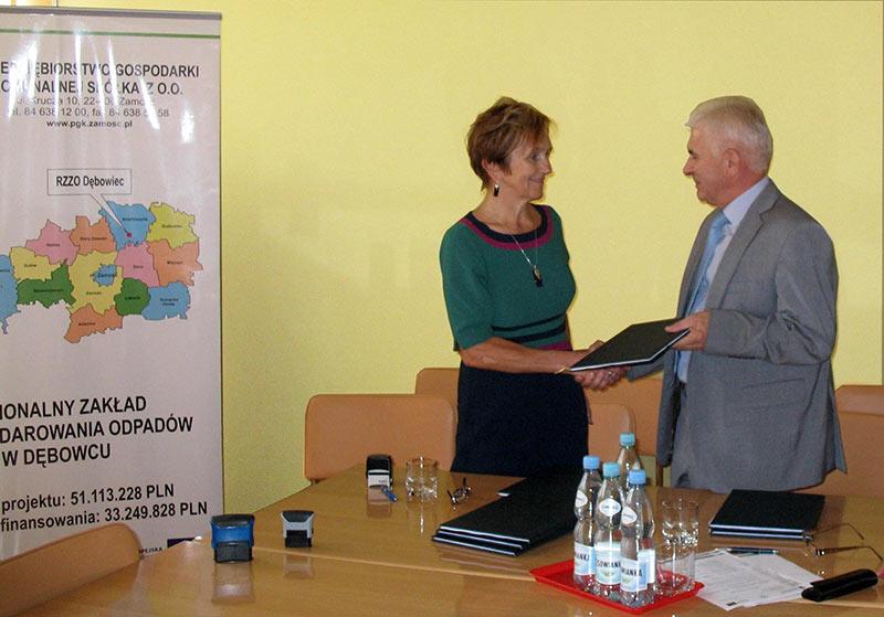 Wręczenie umowy Pełnomocnikowi firmy ANTEX II (od lewej: Pełnomocnik Antex II - Pani Janina Józefa Hudaszek, Prezes PGK Sp. z o.o. - Pan Franciszek Josik)