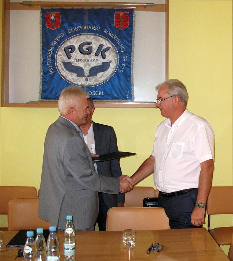 Wręczenie umowy Prezesowi firmy WAMACO Sp. z o.o. (od lewej: Prezes PGK  Sp. z o.o. - Pan Franciszek Josik, Prezes WAMACO Sp. z o.o. - Pan Marek Wachowski)